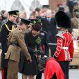 Pas facile de décorer Domhnall, la mascotte, de trèfle... Kate Middleton, duchesse de Cambridge, enceinte de huit mois, et le prince William célébraient le 17 mars 2015 la Saint-Patrick aux Mons Barracks d'Aldershot, offrant du trèfle aux Irish Guards.