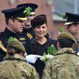 Kate Middleton, enceinte de huit mois, et le prince William célébraient le 17 mars 2015 la Saint-Patrick aux Mons Barracks d'Aldershot, offrant du trèfle aux Irish Guards.