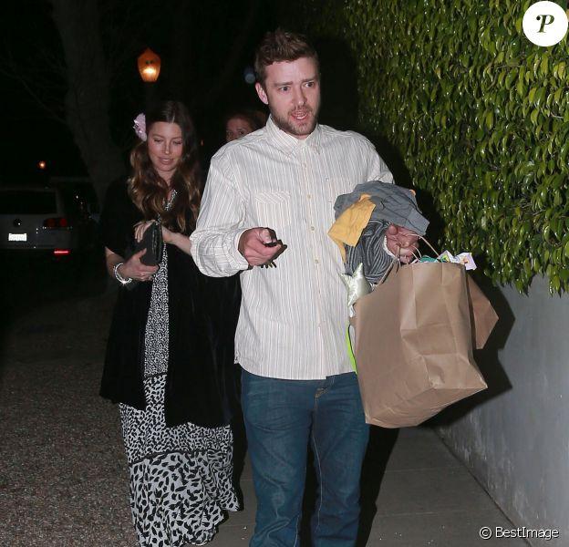 Exclusif - Jessica Biel, enceinte, se rend chez des amis pour fêter ses 33 ans avec son mari Justin Timberlake à Los Angeles, le 3 mars 2015