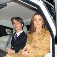 """Elizabeth Hurley (Liz Hurley) et son fils Damian quittent la première de la série """"The Royals"""" à Londres le 24 mars 2015."""