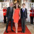 Elizabeth Hurley arrive par l'entrée royale du Mandarin Oriental Hyde Park avec son fils Damian, à Londres le 25 ars 2015