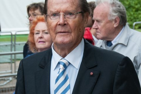 Roger Moore raciste ? L'ancien James Bond se défend