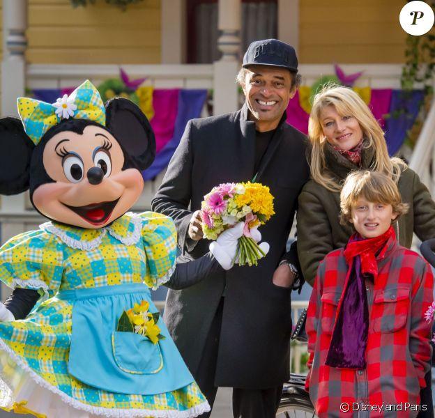 Yannick Noah avec Isabelle Camus et leur fils Joalukas célèbre le printemps à Disneyland Paris. Mars 2015
