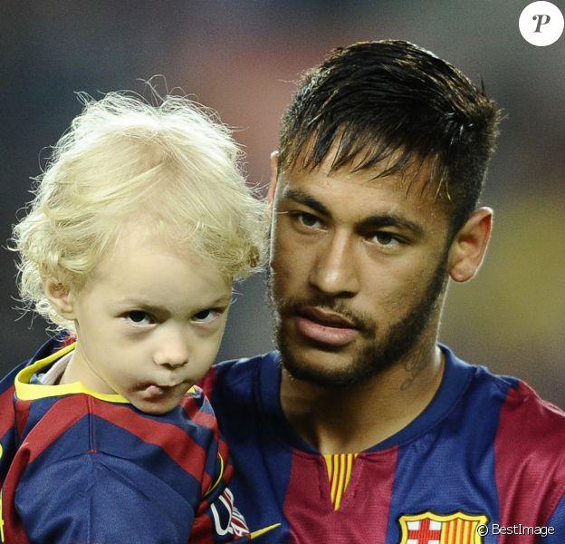 Neymar avec son fils Davi Lucca à Barcelone, le 1er novembre 2014.