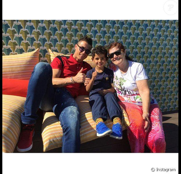 Cristiano Ronaldo en vacances avec son fils Cristiano Jr. et sa maman Dolores le 31 mars 2015.