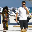 Robert Pattinson et sa petite amie FKA Twigs profitent d'une belle journée ensoleillée sur une plage à Miami, le 7 décembre 2014.