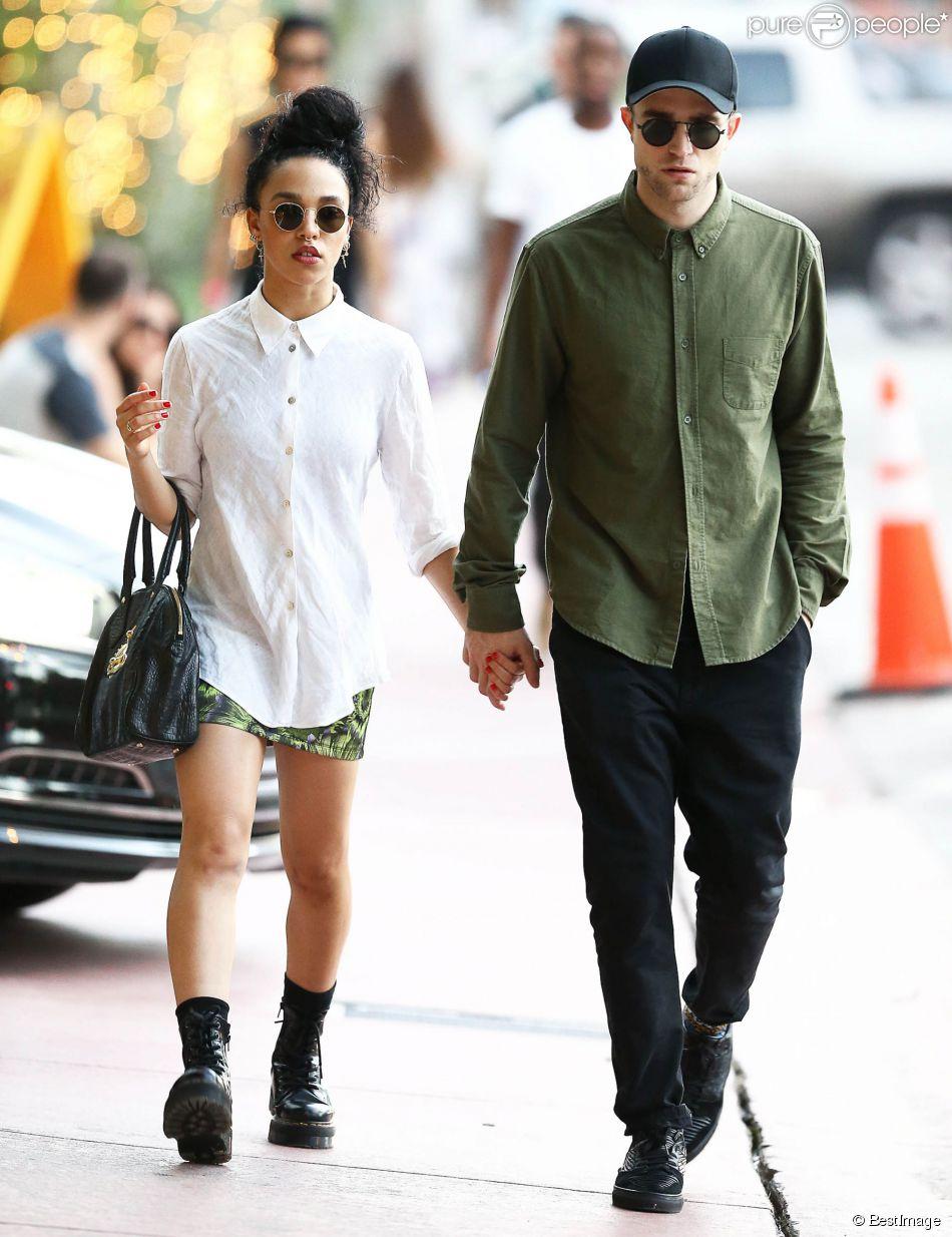 Exclusif - Robert Pattinson se promène, main dans la main, avec sa petite amie FKA Twigs (Tahliah Debrett Barnett) dans les rues de Miami le 5 décembre 2014.
