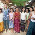 La reine Maxima des Pays-Bas, en sa qualité d'ambassadrice spéciale de l'ONU pour la finance inclusive, visite le 31 mars 2015 un marché de Rangoun, au Myanmar, à la rencontre de petits entrepreneurs aidés par le système du micro-développement.