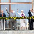 La famille royale au balcon de l'Hôtel de Ville d'Aarhus. La reine Margrethe II de Danemark célébrait le 8 avril 2015 à Aarhus son 75e anniversaire (en date du 16 avril), entourée du prince consort Henrik, du prince Frederik et de la princesse Mary, et du prince Joachim et de la princesse Marie.