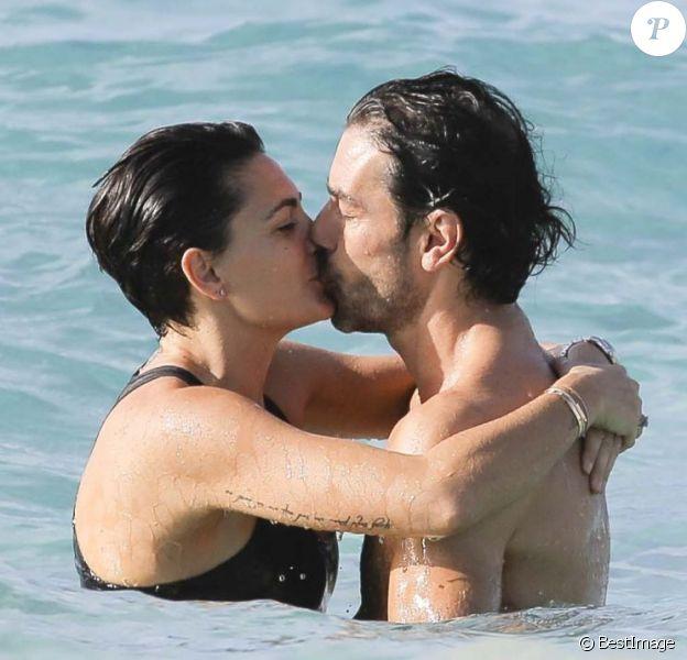 Exclusif - Robert Pirès et sa femme Jessica Lemarie sont en vacances à Saint-Barthélemy le 7 avril 2015