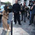 Kim Kardashian arrive au 49, rue Saint-Vincent, dans le 18e arrondissement de Paris. Le 14 avril 2015.
