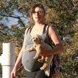 Exclusif - Milla Jovovich très enceinte fait de la randonnée avec son mari Paul W.S Anderson et leurs chiens à Los Angeles, le 24 mars 2015.