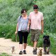 Milla Jovovich très enceinte fait de la randonnée avec son mari Paul W.S Anderson et leurs chiens à Los Angeles, le 18 mars 2015.
