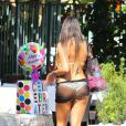 Claudia Romani, habillée d'un bikini et d'un mini-paréo transparent fait du shopping sur Lincoln Road à Miami. Le 14 avril 2015.