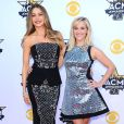 Sofia Vergara, Reese Witherspoon lors des 50ème Academy of Country Music Awards au Stadium d'Arlington, Texas, le 19 avril 2015