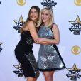 Sofia Vergara & Reese Witherspoon lors des 50ème Academy of Country Music Awards au Stadium d'Arlington, Texas, le 19 avril 2015