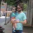 Cobie Smulders, son mari Taran Killam, et leur fille Shaelyn Cado à Soho, le 24 juillet 2012