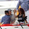 Rihanna et son entourage se baladent en bateau à Honolulu, à Hawaï. Le 24 avril 2015.