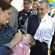 Salma Hayek visite un camp de réfugies syriens dans la vallée de la Bekaa au Liban, le 25 avril 2015.