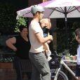 Josh Duhamel emmène son fils Axl déjeuner à Santa Monica, le 27 avril 2015