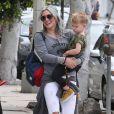Hilary Duff se promène avec son fils Luca et des amies à West Hollywood, le 25 avril 2015.