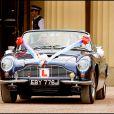Le prince William et Kate Middleton quittant Buckingham au volant d'une voiture de cllection le 29 avril 2011 lors de leur mariage