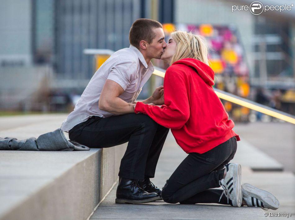 """Emma Roberts et Dave Franco filment une scène d'amour sur le tournage du film """"Nerve"""" à New York, le 30 avril 2015."""
