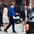 Le prince William, la duchesse de Cambridge, Catherine Kate Middleton, et leur fille posent devant l'hôpital St-Mary de Londres où elle a accouché le matin même. 2 Mai 2015 May 2015