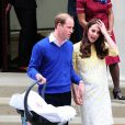 Le prince William, la duchesse de Cambridge, Catherine Kate Middleton, et leur fille quittent l'hôpital St-Mary de Londres où elle a accouché le matin même. 2 Mai 2015