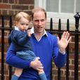 Le prince William et son fils le prince George se rendent à l'hôpital St-Mary à Londres où la duchesse de Cambridge a donné naissance à une petite fille le 2 mai 2015 May 2015.