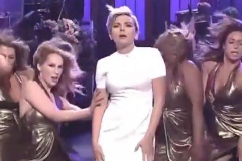 Scarlett Johansson, 'MILF' radieuse : Sa danse très sexy au Saturday Night Live...