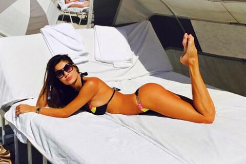 Julia Pereira : Craquante en bikini, la bombe se dore la pilule