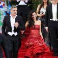 """George Clooney en costume Armani et sa femme Amal Alamuddin Clooney dans une robe de la maison Margiela - Soirée Costume Institute Gala 2015 (Met Ball) au Metropolitan Museum célébrant l'ouverture de Chine : """"China, Through the Looking Glass"""", à New York le 4 mai 2015"""
