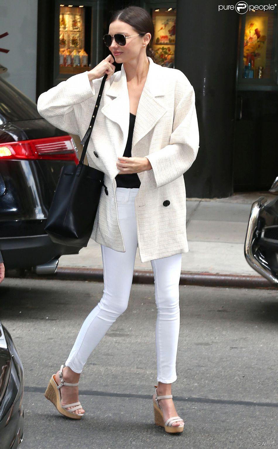 miranda kerr de sortie new york porte un manteau et un jean j brand blancs un top et un sac. Black Bedroom Furniture Sets. Home Design Ideas