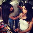 Aurélie (Les Marseillais) en pleine séance de maquillage à l'occasion d'un projet secret, le 7 mai 2015.