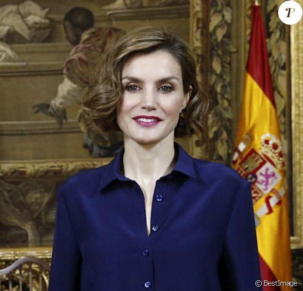 La reine Letizia d'Espagne jouait encore avec sa coiffure pour accueillir avec son époux le roi Felipe VI, le 11 mai 2015, au palais royal le nouveau président italien Sergio Mattarella à l'occasion de sa première visite en Espagne.