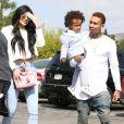 Kylie Jenner, Tyga et son fils King Cairo à Calabasas. Le 5 avril 2015.