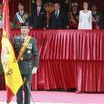 La reine Letizia d'Espagne présidait le 13 mai 2015 la cérémonie de remise du drapeau à la 11e section de la Garde civile espagnole, à Vitoria-Gasteiz. Pour l'occasion, l'épouse du roi Felipe VI a fait souffler un vent de modernité en remettant son ensemble blanc du couronnement plutôt que la dentelle noire et la mantille traditionnellement utilisées.