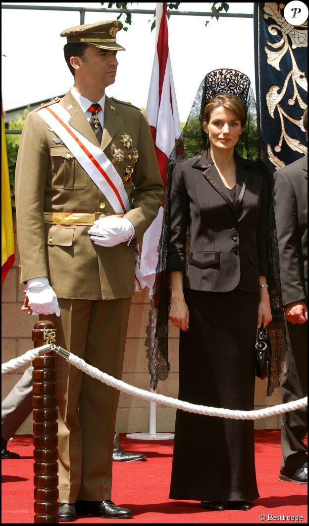 Felipe et Letizia d'Espagne en juin 2005 lors d'une remise de drapeau à la Garde civile