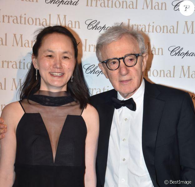 """Woody Allen et sa femme Soon-Yi - Soirée du film """"L'homme irrationnel"""" de Woody Allen sur la plage du Martinez, parrainée par Chopard, lors du 68e Festival international du film de Cannes. Le 15 mai 2015"""