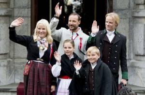 Famille royale de Norvège : Bâillements et câlins pour la Fête nationale 2015