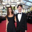 """Lucie Lucas prend la pose au côté d'un charmant inconnu - Montée des marches du film """"Carol"""" lors du 68 ème Festival International du Film de Cannes, à Cannes le 17 mai 2015."""
