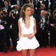 """Lucie Lucas très sexy dans sa robe Antonelle en hommage à la colombe, symbole de la marque - Montée des marches du film """"Sicario"""" lors du 68e Festival International du Film de Cannes, le 19 mai 2015."""