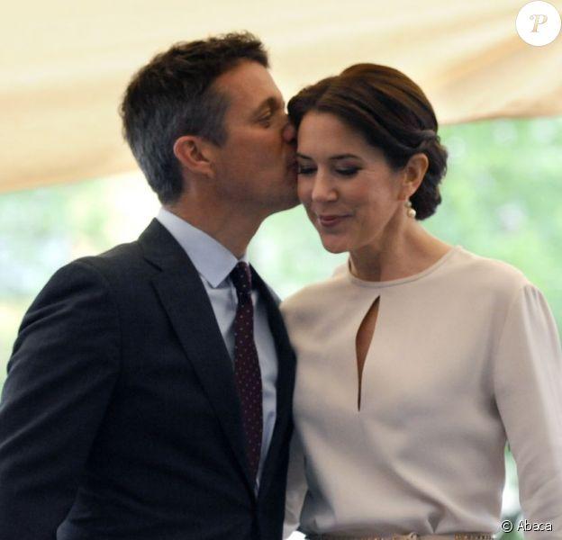 Le prince Frederik de Danemark embrasse sa femme la princesse Mary à leur arrivée à une exposition de mobilier design d'Arne Jacobsen le 21 mai 2015 à Munich, dans le cadre de leur visite officielle en Allemagne.