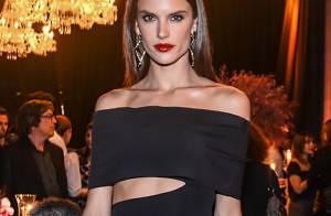 Alessandra Ambrosio sexy : Robe fendue et bouche rouge, une vamp à tomber !