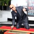 Vin Diesel laisse ses empreintes dans le ciment hollywoodien au TCL Chinese Theater à Hollywood, le 1er avril 2015