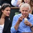 """"""" Patrick Poivre d'Arvor et une amie - People dans les tribunes lors du tournoi de tennis de Roland Garros à Paris le 29 mai 2015. """""""