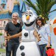 Raymond Domenech et sa compagne Estelle Denis participent au lancement de la Fête Givrée à Disneyland Paris, à Marne-la-Vallée, le 30 mai 2015.