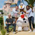 Le sportif Raymond Domenech et sa compagne Estelle Denis participent au lancement de la Fête Givrée à Disneyland Paris, à Marne-la-Vallée, le 30 mai 2015.