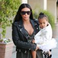Kim Kardashian et sa fille North West à Los Angeles, le 28 mai 2015.